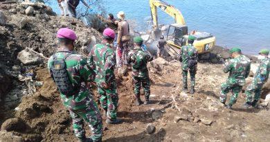 Satgas PRCPB Yonmarhanlan VII laksanakan penyisiran untuk mencari korban tanah longsor