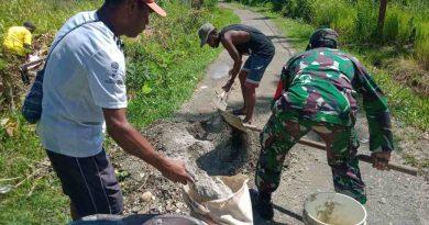 Manunggal dengan Rakyat,  Babinsa Yapsel Bantu Pengecoran Jalan Kampung Roipi