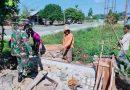 Babinsa Koramil 02/Napan Bersama Masyarakat Karya Bhakti Pembuatan Pagar Gereja Kristus Raja Kampung Legari Jaya