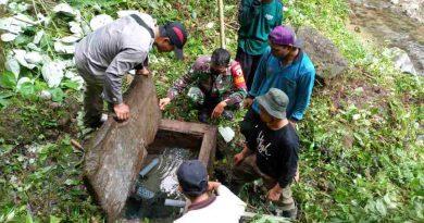 Pastikan Kebutuhan Air Bersih Lancar, Babinsa Bersama Warga Cek SAB