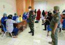 Serma Yudi Emeta dan Tiga Pilar Johar Baru Awasi Prokes Vaksinasi di Jl. Percetakan Negara