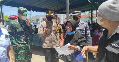 Seorang nenek mendapat kejutan di Serbuan Vaksinasi Maritim TNI AL Lanal TBA