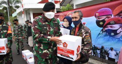 Kepala Staf Subkogartab 0618/Kota Bandung Bagikan 250 Paket Sembako