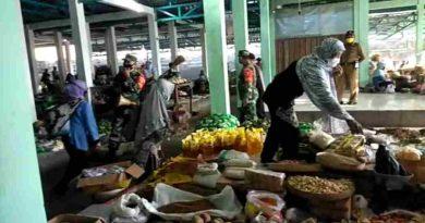 Babinsa Koramil 0801/11 Donorojo, Ingatkan Penjual Dan Pembeli Dipasar Tentang Protokol Kesehatan