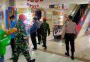 Babinsa beserta BKO Paskhas Yon 461 Pantau Prokes di PD Pasar Jaya Senen