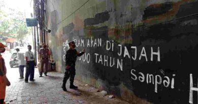 Babinsa Koramil 05 TA Pantau Penghapusan Vandalisme  Provokatif di Bawah Flyover Pejompongan