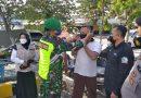 Lakukan Upaya Terbaik Cegah Penyebaran Covid-19, Babinsa Dolopo Bagikan Masker di Pasar