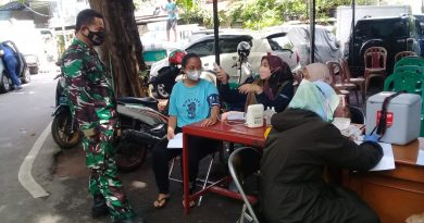 Warga Patuhi Prokes Saat Vaksinasi di Kelurahan Kampung Bali