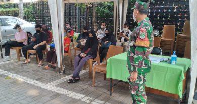 Babinsa Koramil 05 TA Pantau Prokes Vaksinasi Covid 19 di Wilayah Kebon Kacang