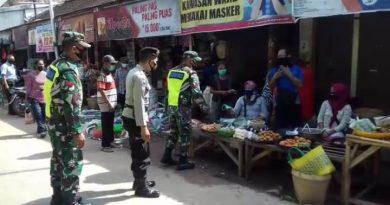 Agar Warga Tetap Disiplin Protokol Kesehatan, Anggota Kodim 0802/Ponorogo Bagi Bagi Masker Kepada Warga