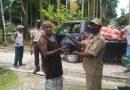 TNI POLRI Bersama Perangkat Kampung Salurkan Bantuan Sembako di Paradoi Waropen