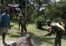 Wujud Kemanunggalan TNI dan Warga, Babinsa Posramil 1808-01/BT Karbak Bantu Warga Membuat Pondasi Rumah