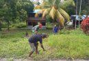 Melalui Program Jumat Bersih, Babinsa Bersama Warga Bersihkan Bahu Jalan Kampung Wabompi