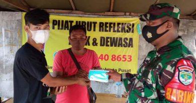 Babinsa Kelurahan Cikini Datangi Warga Kurang Mampu Bagikan Beras Dan Masker