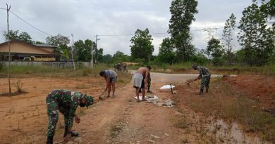 Gotong Royong Perbaiki Jalan, Personel Batalyon Infanteri 642/Kapuas Laksanakan Karya Bakti Perbaiki Jalan