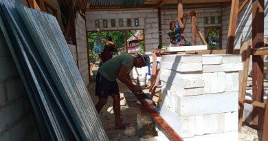 TNI, Polri dan Masyarakat Bahu Membahu Bangun Rumah Tokoh Adat Yan Rumbarar