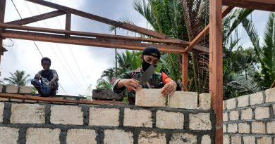 Upaya TNI Tingkatkan Ekonomi Masyarakat, Babinsa Yapsel Bantu Bangun Tempat Usaha Warga Binaan