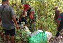 Pelihara Kebersihan Lingkungan, TNI-POLRI  serta Warga Yapen Timur Angkut Sampah yang Berserakan
