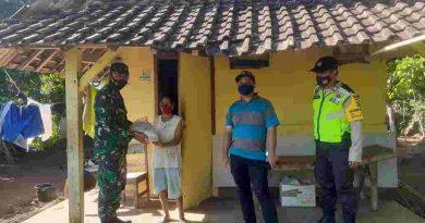 Babinsa Koramil 0806/13 Dongko Salurkan Bantuan Beras Warga Terdampak PPKM Darurat