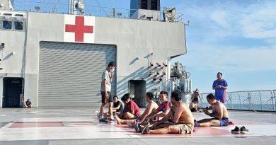 Diatas KRI Dr.Soeharso Prajurit Marinir Olahraga dan Berjemur Bersama
