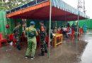Personil TNI Bantu Pemeriksaan Kesehatan Penumpang KM Dobonsolo di Pelabuhan Seruni