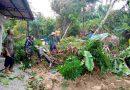 Aksi Cepat Babinsa Depok Bersama Warga Bergotong Royong Singkirkan Tanah Longsor