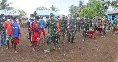 Bangun Hubungan Emosional dengan Masyarakat Binaan, Babinsa Koramil 1705-03/Kwatisore Anjangsana ke Daerah Binaan